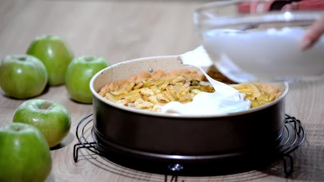 kvinnan i köket förbereder en äppelpaj med maräng - kvinna ventilationssystem bildbanksvideor och videomaterial från bakom kulisserna