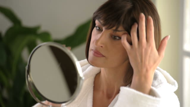 donna allo specchio; hd in jpeg compresso - woman mirror video stock e b–roll