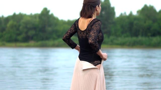 vídeos de stock, filmes e b-roll de mulher na chuva em lingerie - saia