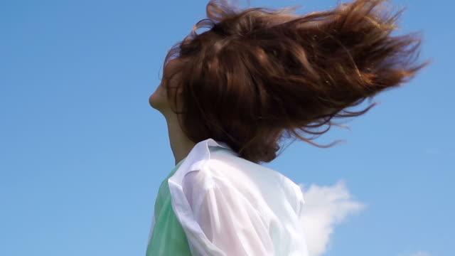 donna nel sole estivo - spettinato video stock e b–roll