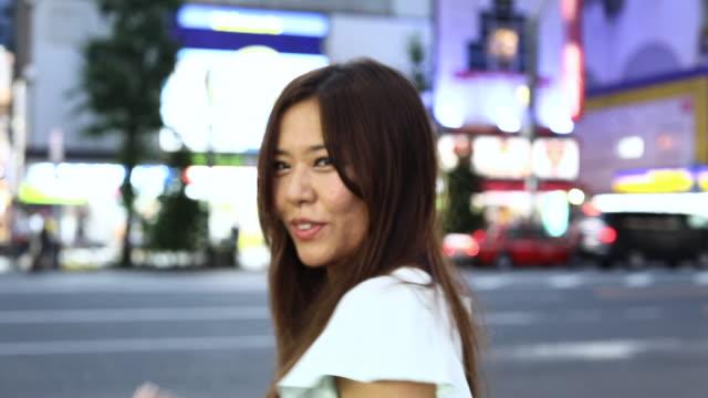 vidéos et rushes de femme dans les rues de la ville tokyo - seulement des japonais
