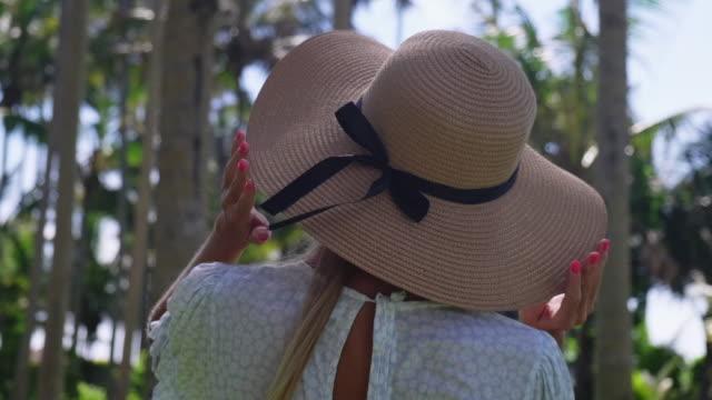 vídeos y material grabado en eventos de stock de mujer en el jardín tropical, vista trasera - espalda humana