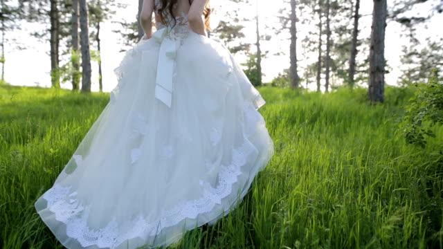 woman in wedding dress - сбежавший из дома стоковые видео и кадры b-roll