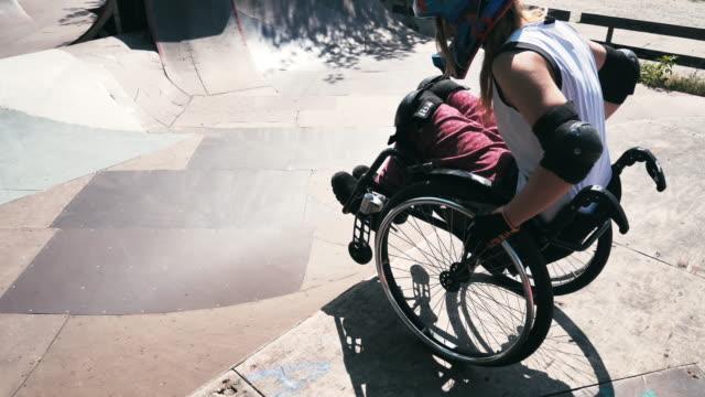 kvinna i rullstol i skate park går nedför hög ramp - skatepark bildbanksvideor och videomaterial från bakom kulisserna