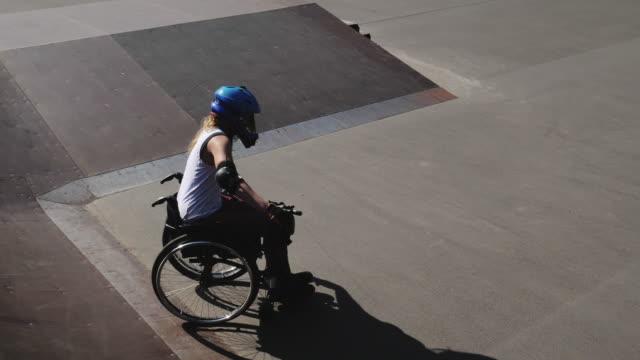 kvinna i rullstol i skate park - skatepark bildbanksvideor och videomaterial från bakom kulisserna