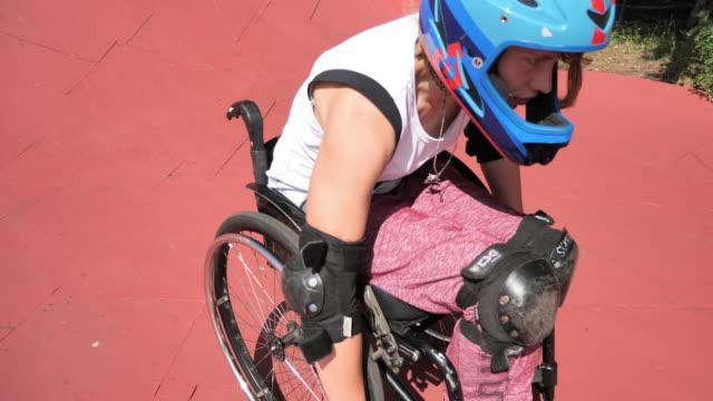 スケートパークで車椅子の女性 - 車椅子スポーツ点の映像素材/bロール