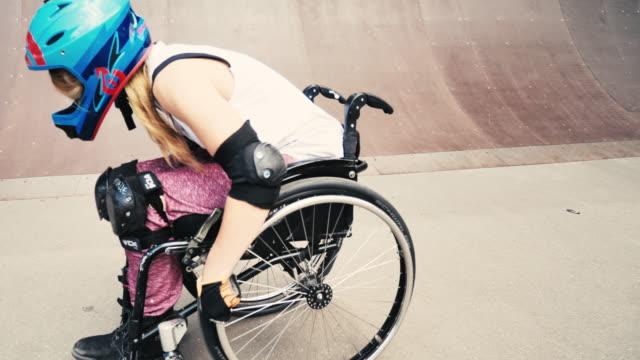 vídeos y material grabado en eventos de stock de mujer en silla de ruedas en el parque de patinaje - deportes en silla de ruedas