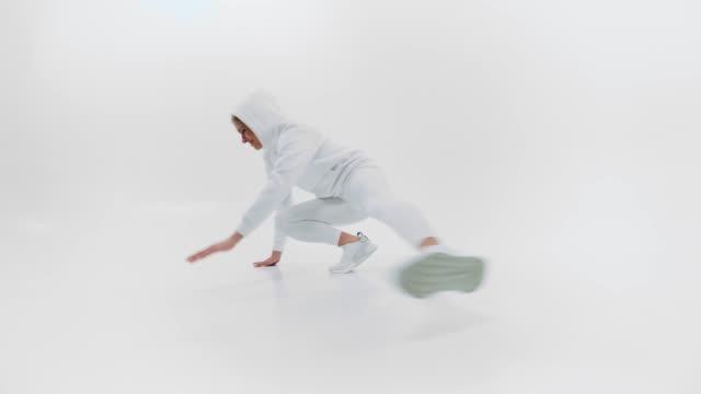 Frau in weißem Sportkleid tanzt Hip Hop – Video