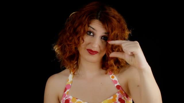 donna indicare che qualcosa è troppo corto, né troppo piccolo - bassino video stock e b–roll