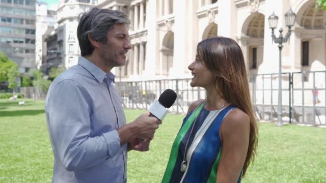 vidéos et rushes de femme interviewée par le journaliste - interview