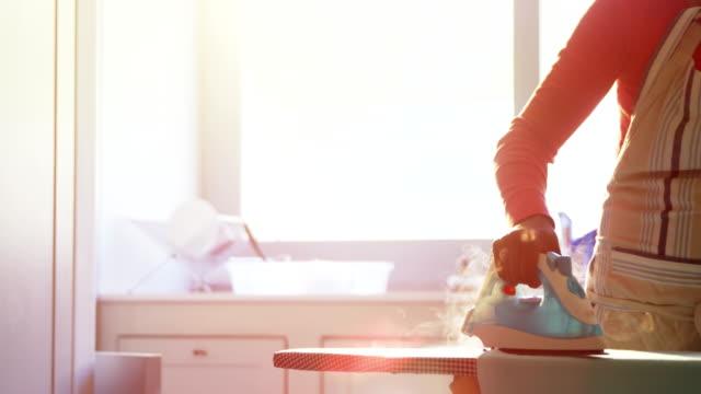 4 k のキッチンでアイロンの女性アイロン シャツ - 電化製品点の映像素材/bロール