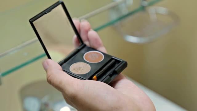 kvinnan borstning ögonskugga palett kosmetiska - trumset bildbanksvideor och videomaterial från bakom kulisserna