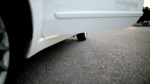 vidéos et rushes de femme est entrée dans sa voiture - voiture blanche