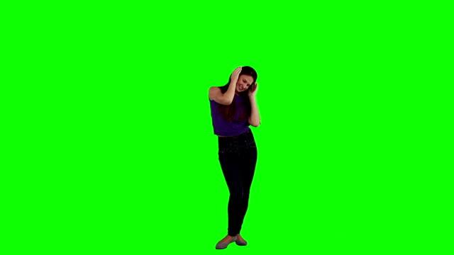 女性は彼女の音楽を聴きながらのヘッドフォン - 全身点の映像素材/bロール