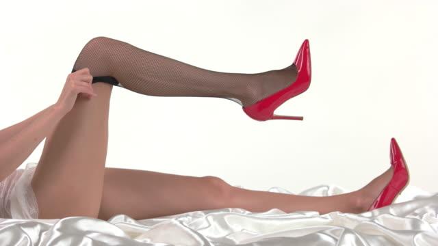kvinnan sätter på strumpor. - strumpbyxor bildbanksvideor och videomaterial från bakom kulisserna
