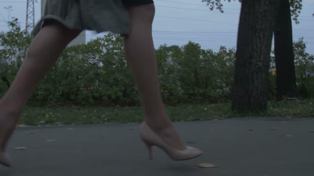 woman is running away - сбежавший из дома стоковые видео и кадры b-roll