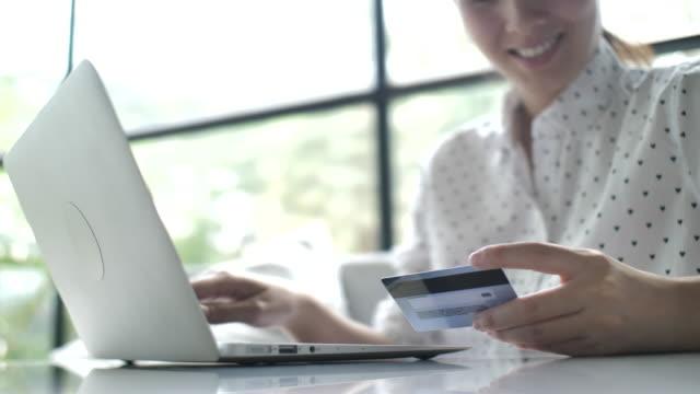 女性を使用してオンライン ショッピングのラップトップ - 通販点の映像素材/bロール