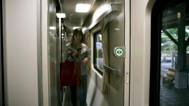 kvinnan går in i tåget - waiting for a train sweden bildbanksvideor och videomaterial från bakom kulisserna