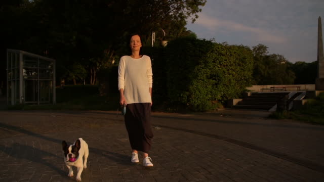 mujer camina con la mascota - vídeo