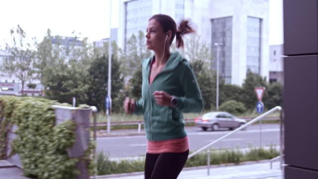 vídeos de stock, filmes e b-roll de slo mo t uma mulher correndo na cidade - fazendo cooper