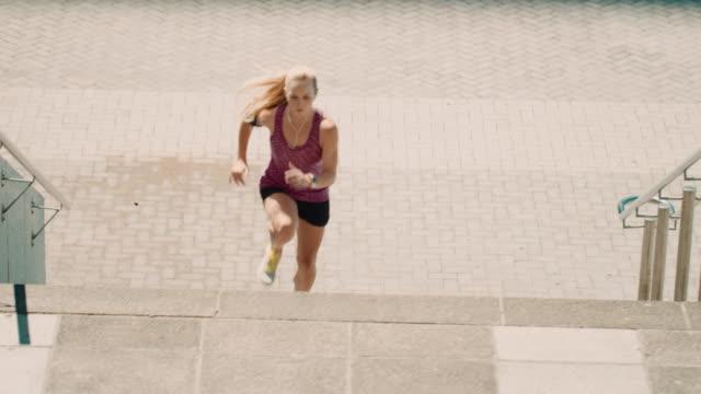 Mujer trotar en las escaleras. - vídeo
