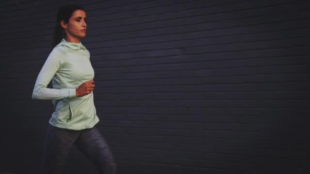 vidéos et rushes de jogging de femme sur la rue urbaine - joggeuse