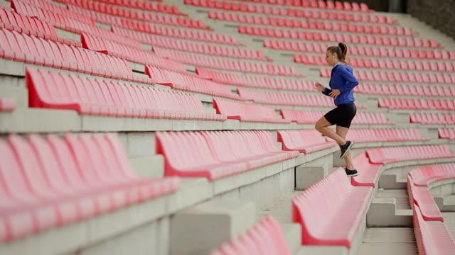 frau, die treppe hinauf joggen. steadicam stabilisiert schuss. sportlerin barfuß sport schuhe während des trainings auf der treppe. - mittelstufenlehrer stock-videos und b-roll-filmmaterial