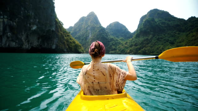 vídeos y material grabado en eventos de stock de mujer de kayak en halong bay - asian woman