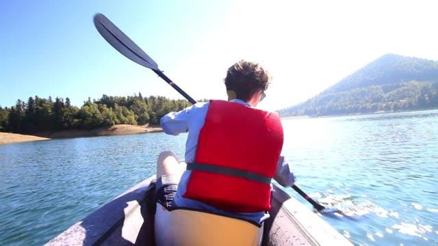 frau auf see kajak und abenteuerliches erlebnis genießen - kanu stock-videos und b-roll-filmmaterial