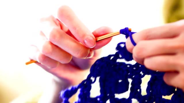 donna maglia con fili blu - dito umano video stock e b–roll