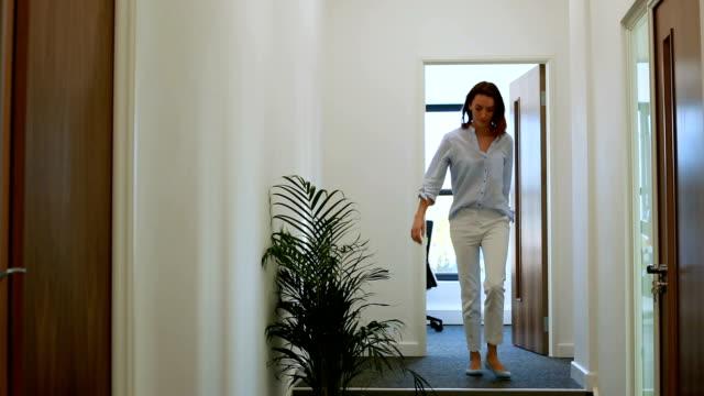 vídeos de stock e filmes b-roll de woman knocking on office door - door knock
