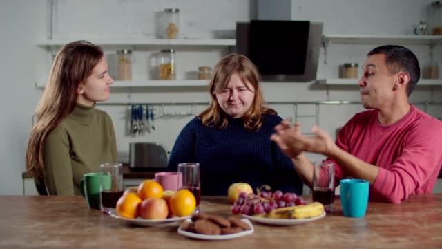 聴覚障害者の友人との女性学習サイン言語 - disabilitycollection点の映像素材/bロール