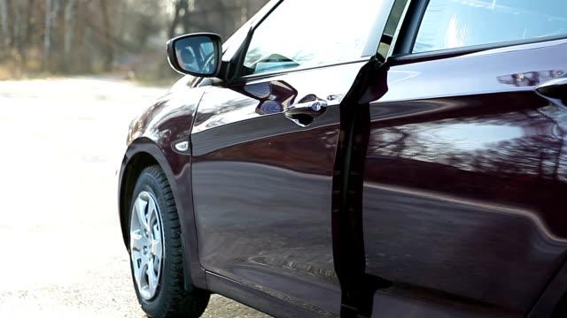 donna lascia l'auto - sportello d'auto video stock e b–roll