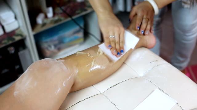 vídeos de stock e filmes b-roll de woman leg waxing beauty - puxar cabelos