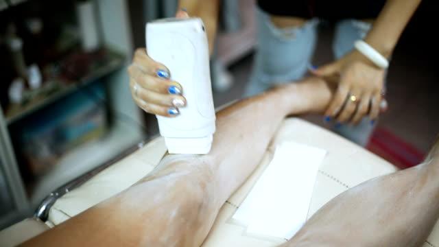 vídeos de stock e filmes b-roll de mulher depilação das pernas - puxar cabelos