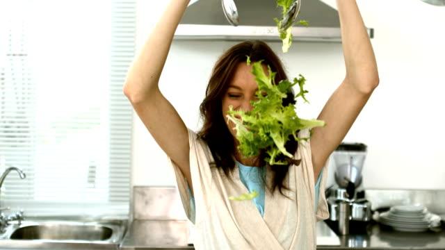 autunno donna consente di preparare un'insalata di lattuga, - lattuga video stock e b–roll