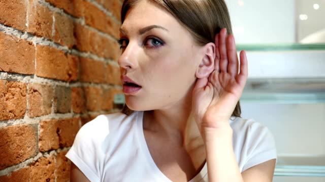 gesto di ascolto donna di giovane uomo, informazioni importranti - ear talking video stock e b–roll