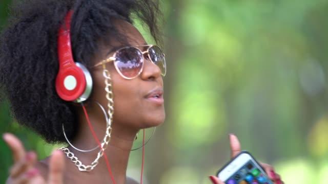Mujer escuchar música en el Parque - vídeo