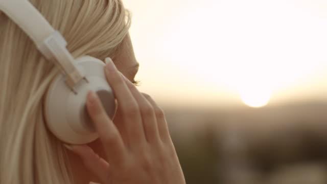 vidéos et rushes de femme écoutant de la musique - casque audio