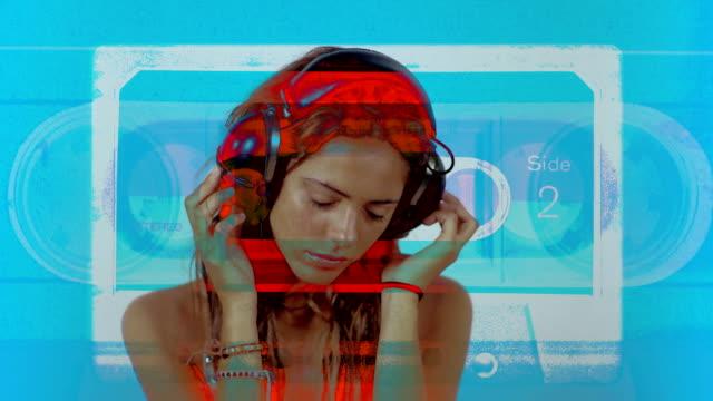 vídeos de stock, filmes e b-roll de mulher ouvir música com fones de ouvido - clubbing