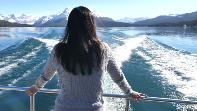 woman looking and enjoying the view at the ship's wake - cruise video stock e b–roll