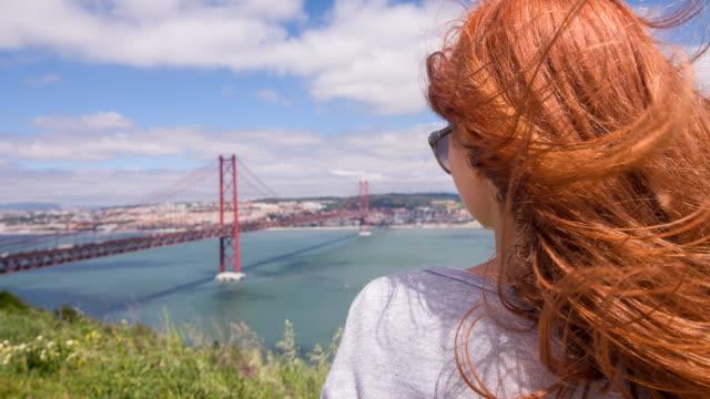 vídeos de stock e filmes b-roll de jovem passeios turísticos em lisboa - lisboa
