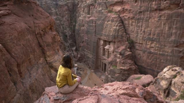 vídeos de stock, filmes e b-roll de mulher olhando para al-khazneh em petra - civilização milenar