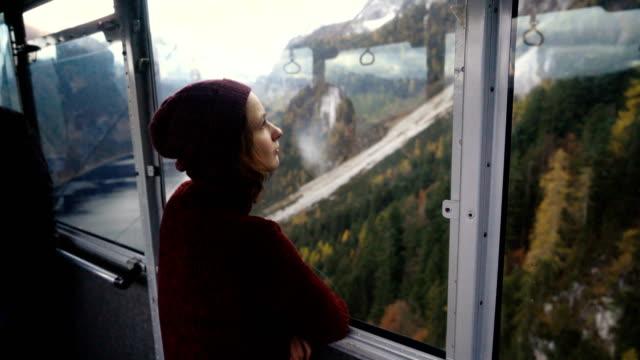 kvinna som tittar på vacker utsikt över sjön i alperna från linbana - steiermark bildbanksvideor och videomaterial från bakom kulisserna
