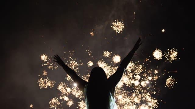 woman looking fireworks - фейерверк развлекательное мероприятие стоковые видео и кадры b-roll