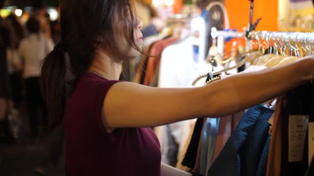 frau auf der suche durch hemden nur wenige strassenlokal - schaufenster stock-videos und b-roll-filmmaterial