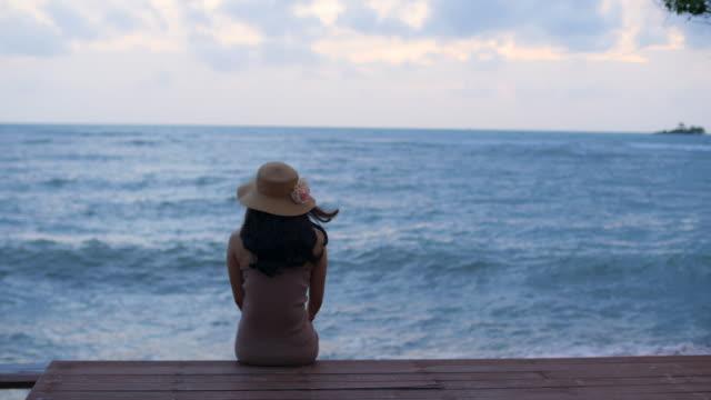 海を探している女性 ビデオ