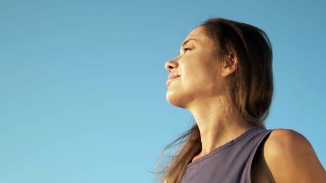 파란 하늘을 바라보는 여자 - mindfulness 스톡 비디오 및 b-롤 화면