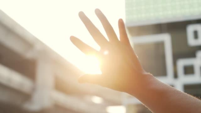 태양을 바라보는 여자 - 동기 부여 스톡 비디오 및 b-롤 화면
