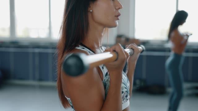 frau machen bewegung mit gewicht im fitnessstudio - einzelne frau über 30 stock-videos und b-roll-filmmaterial